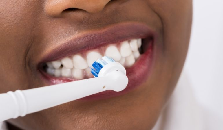 using electric toothbrush on gums